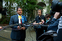 "04 SEP 2010, BERLIN/GERMANY:<br /> Sigmar Gabriel, SPD Parteivorsitzender, gibt Journalisten ein Statment, waehrend der SPD Buergerkonferenz ""Was ist fair?"", Alte Feuerwache<br /> IMAGE: 20100904-01-148<br /> KEYWORDS: Kamera, Camera, Mikrofon, microphone, Journalist"