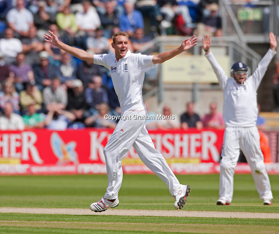 Bowler Stuart Broad appeals but still can't reach his 100th Test wicket during the first npower Test Match between England and Sri Lanka at the SWALEC Stadium, Cardiff.  Photo: Graham Morris (Tel: +44(0)20 8969 4192 Email: sales@cricketpix.com) 27/05/11