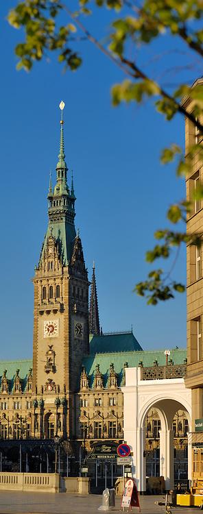 Hamburger Rathausturm und Alsterarkaden am frühen Morgen