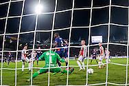 TILBURG, Willem II - PSV, voetbal, Eredivisie seizoen 2015-2016, 21-11-2015, Koning Willem II Stadion, PSV speler Luuk de Jong (4L) scoort de 2-2, Willem II keeper Kostas Lamprou (5L) is kansloos, maar PSV speler Nicolas Isimat (M) staat buitenspel.