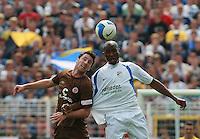 Jena , 190807 , Saison 2007/2008 ; Fussball 2.Bundesliga FC Carl Zeiss Jena , FC Carl Zeiss Jena - FC St. Pauli  Darlington Omodiagbe (Jena) gegen Rene Schnitzler (Pauli)