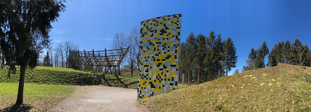 &Ouml;sterreichischer Skulpturenpark (Austrian Sculptures Park), Premst&auml;tten.<br /> Mario Terzic, Arche aus lebenden B&auml;umen, 1998/2010-2011 (l.), J&ouml;rg Schlick, Made in Italy, 2003