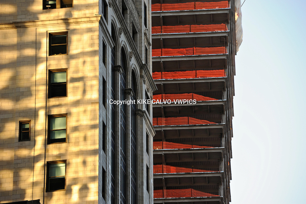 People visiting New York soon forget to look up, and appreciate the beauty and complexity of the architectonic details of its buildings, contructions and skyscrappers.