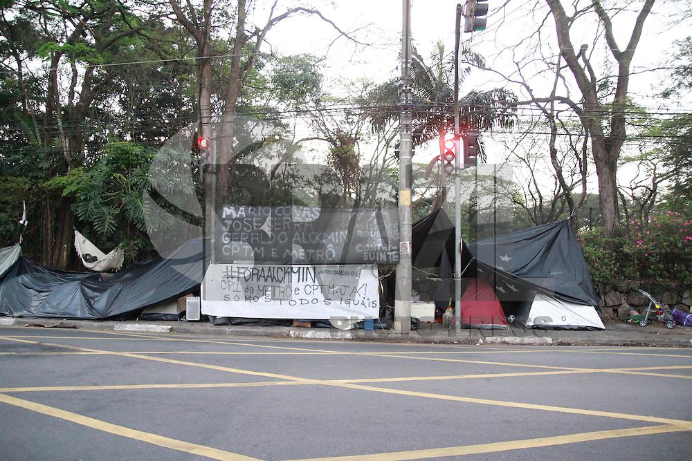 SAO PAULO, SP, 07.08.2013 - OCUPAÇÃO PALÁCIO DOS BANDEIRANTES - Manifestantes permanecem acampados na porta do Palácio dos Bandeirantes pelo 5 dia, a manifestação/ ocupação ocorre de maneira pacifica. O número de acampados no periodo da noite chega a 50 manifestantes, esse numero cai durante o dia para aproximadamente de 25/30.  (Foto: Marcelo Brammer / Brazil Photo Press)