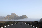 Spanien, Kanarische Inseln, Teneriffa..Teide Nationalpark,Vulkanlandschaft mit Straße, Bergen, aufsteigendem Nebel..|..Spain, Canary Islands, Tenerife..Teide National Park, volcano landscape with road, mountains, rising fog