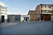 Spanje, Caspe, 10-2-2005..In een dorp in de buurt van Caspe in de regio Aragon, de vallei van de Ebro, is slechts een winkel. Een Spar.Leegloop, voorzieningen, leefbaarheid, dorpswinkel, armoede...Foto: Flip Franssen/Hollandse Hoogte
