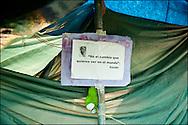 """Une affiche collee dans le camp place Puerta Del Sol// Le mouvement spontane du """"15 M"""" (15 mai) compose de citoyens espagnols campe depuis 2 semaines sur la place Puerta Del Sol avec pour revendication la construction d'une democratie nouvelle. Organise en commission les citoyens prennent la parole lors d'assemblee ouverte a tous - Place Puerta Del Sol à Madrid le Juin 2011. ©Benjamin Girette/IP3Press"""