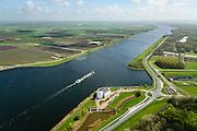 Nederland, Noord-Holland, Gemeente Velsen, 09-04-2014; Noordzeekanaal met binnenvaartschip, op de oever het gebouw 'de Wijde Blik' van Rijkswaterstaat. Vanuit dit gebouw wordt de nabijgelegen WIjkertunnel bewaakt en gecontroleerd, evenals de Coentunnel, de Schipholtunnel, de Velsertunnel en de Zeeburgertunnel en alle belangrijke rijkswegen in Noord-Holland. <br /> Traffic control centre for main motorways Amsterdam region, including major tunnels.<br /> luchtfoto (toeslag op standard tarieven);<br /> aerial photo (additional fee required);<br /> copyright foto/photo Siebe Swart