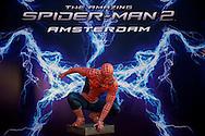 AMSTERDAM - Bij het Pathe ArenA Theater is de filmpremière van Spiderman II gehouden. Met hier op de foto Spiderman en het grote reclamedoek. FOTO LEVIN DEN BOER - PERSFOTO.NU