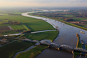 Nederland, Noord-Brabant, gemeente Grave, 15-11-2010. Maaskant, .stuw en sluis bij Grave. Het sluis- en stuwcomplex is gebouwd in het kader van de Maasnormalisatie. De Maas is een regenrivier, met met name in de winter grote wateraanvoer (ook door smeltwater). De vakwerkbrug is voor lokaal verkeer..Weir and lock at Grave. The lock and weir (or dam) complex is built during the Meuse Standardization. The river Meuse is a rain river, with high water levels, especially during the winter (also by melt water). The truss bridge for local traffic..luchtfoto (toeslag), aerial photo (additional fee required).foto/photo Siebe Swart