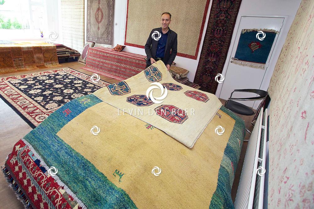 HEDEL - De heer Shahram Shariat Panahi in zijn winkel 'Arya Oosterse Tapijten'. FOTO LEVIN DEN BOER - KWALITEITFOTO.NL