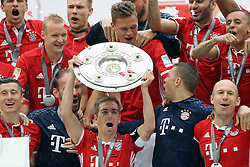 14.05.2016, Allianz Arena, Muenchen, GER, 1. FBL, FC Bayern Muenchen vs Hannover 96, 34. Runde, im Bild Philipp Lahm mit Meisterschale // during the German Bundesliga 34th round match between FC Bayern Munich and Hannover 96 at the Allianz Arena in Muenchen, Germany on 2016/05/14. EXPA Pictures © 2016, PhotoCredit: EXPA/ SM<br /> <br /> *****ATTENTION - OUT of GER*****