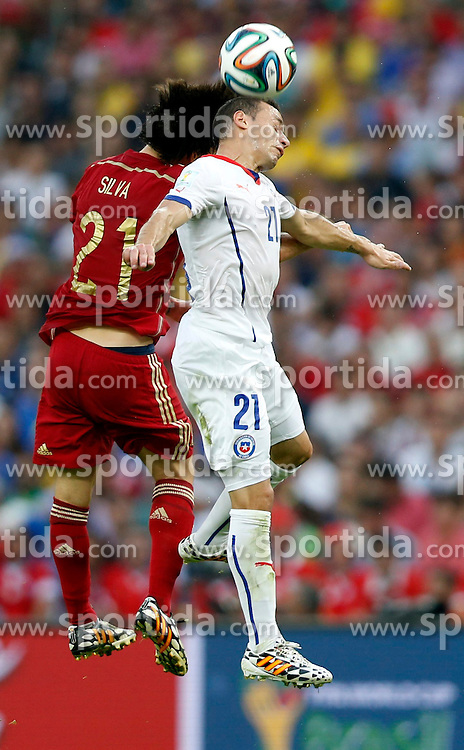 19.06.2014, Maracana, Rio de Janeiro, BRA, FIFA WM, Spanien vs Chile, Gruppe B, im Bild Spain's David Silva competes for a header with Chile's Marcelo Diaz // during Group B match between Spain and Chile of the FIFA Worldcup Brasil 2014 at the Maracana in Rio de Janeiro, Brazil on 2014/06/19. EXPA Pictures &copy; 2014, PhotoCredit: EXPA/ Photoshot/ Wang Lili<br /> <br /> *****ATTENTION - for AUT, SLO, CRO, SRB, BIH, MAZ only*****