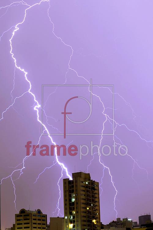 Uma forte tempestades de raios atingiu o centro da cidade de Sao Paulo na madrugada desta segunda feira 29. Os raios foram captados na regiao entre Bela Vista e Avenida Paulista. Foto ALAN MORICI/FRAME
