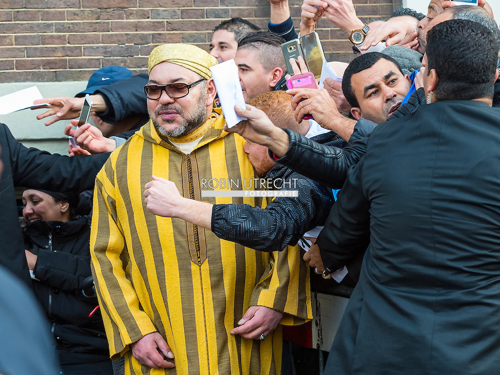 30-3-2016 AMSTERDAM - Mohammed VI is de huidige koning van Marokko hij verlaat het Waldorf Astoria in Amsterdam na een 5 daags bezoek aan Nederland. AMSTERDAM - Koning Mohammed VI van Marokko verlaat Nederland na een meerdaags bezoek. Bij vertrek uit zijn hotel gaat hij op de foto met fans voor de deur.  COPYRIGHT ROBIN UTRECHTCOPYRIGHT ROBIN UTRECHT<br /> 30-3-2016  AMSTERDAM - Mohammed VI is the current King of Morocco he leaves the WALDORF ASTORIA  IN AMSTERDAM after a 5 days private visit to the Netherlands.  COPYRIGHT ROBIN UTRECHT