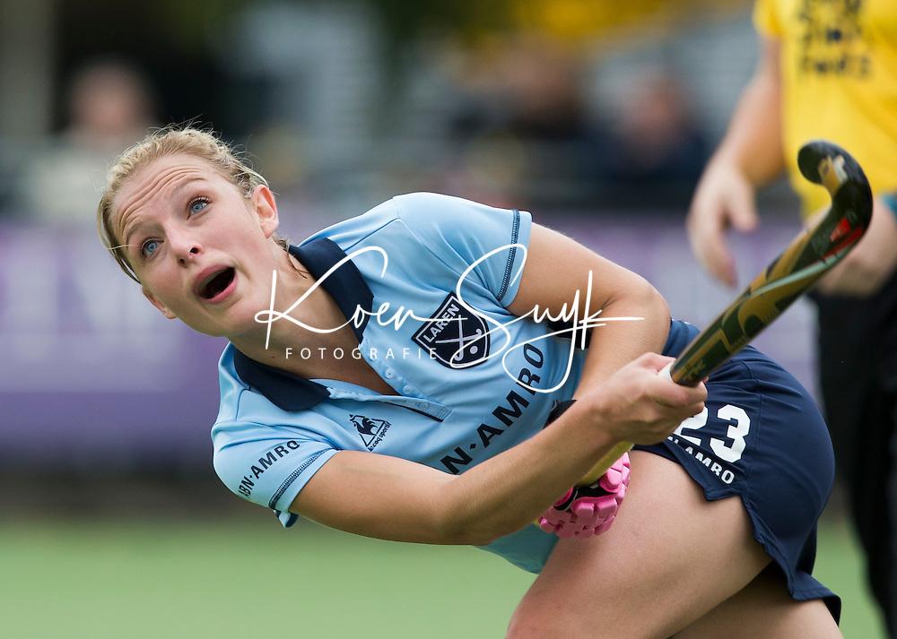 LAREN - Fieke Holman van Laren tijdens de hoofdklasse competitiewedstrijd tussen de vrouwen van Laren en SCHC (3-2). COPYRIGHT KOEN SUYK