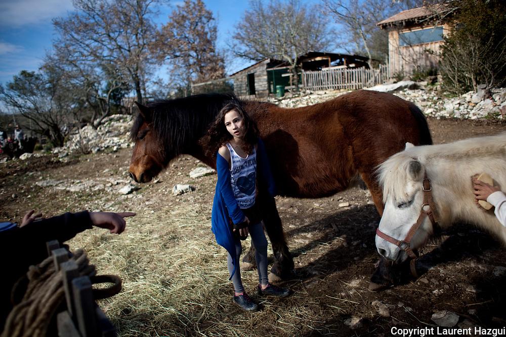 """Le Hameau des Buis (Ardèche), le plus gros éco-village créé en France. Scène de vie. Voir sujet complet dans """"STORIES""""."""
