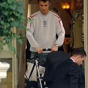 NLD/Amsterdam/20060620 - Robbie Williams verlaat het hotel voor een soundcheck, zijn beste vriend Jonathan Wilkes en partner Nikki Wheeler