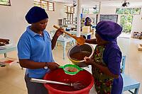 Tanzanie, archipel de Zanzibar, île de Unguja (Zanzibar), plage de Jambiani, fabrication de savon à base d'algue  // Tanzania, Zanzibar island, Unguja, Jambiani beach, soap factory from seaweed