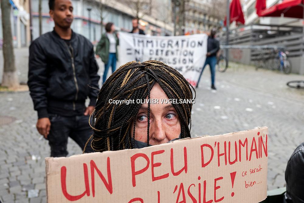 Lausanne, avril 2018. Manifestation du collectif R devant la gare contre le cas d'un futur renvoi par vol spécial d'un débouté soudanais. © Olivier Vogelsang