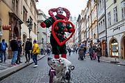 """English Setter """"Rudy"""" am 22.11. 2018 auf einem Spaziergang mit einem Strassenkünstler am Ende der  Prager Karlsbrücke. Rudy wurde Anfang Januar 2017 geboren."""