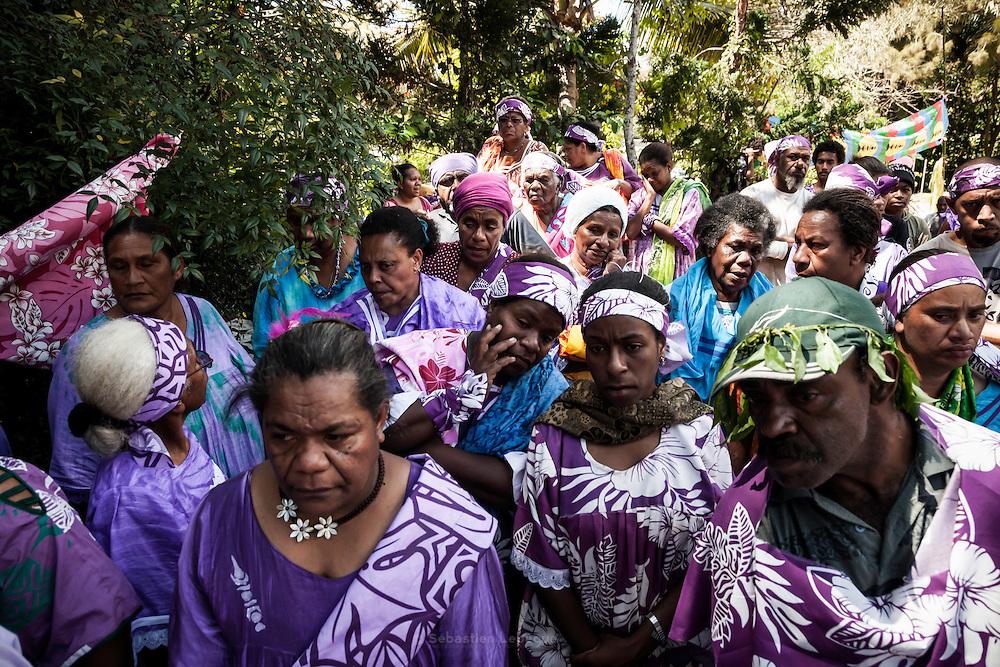 Lors des échanges coutumiers, les clans allies de l'homme restent en retrait pour écouter les oncles maternels de la femme et les chefs des clans.  - Mariage Kanak  - Tribu de Méhoué, Canala – Nouvelle Calédonie – Septembre 2013