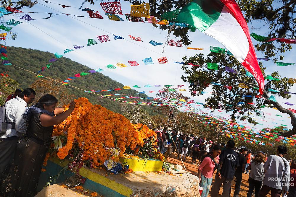 En lo alto del Corozco, mujeres arreglan las ofrendas florales alrededor de donde se realizan las peleas.<br /> <br /> Cada a&ntilde;o, Ind&iacute;genas nahuas de Acatl&aacute;n, municipio de Chilapa, Guerrero, protagonizan en las alturas del Corozco o &quot;Lugar de las Cruces&quot;, la Pelea de Tigres para atraer la lluvia y mejorar las cosechas. En el batimiento participan hombres, pero tambi&eacute;n mujeres y ni&ntilde;os. La creencia es que mientras m&aacute;s peleas haya, mejores lluvias habr&aacute; para el campo. (Foto: Prometeo Lucero)