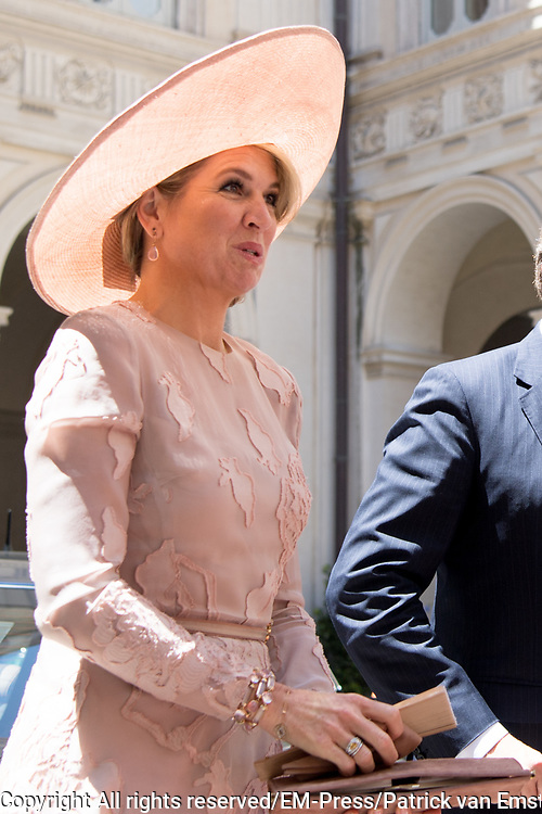 Staatsbezoek van Koning en Koningin aan de Republiek Italie - dag 1 - Rome /// State visit of King and Queen to the Republic of Italy - Day 1 - Rome<br /> <br /> Op de foto / On the photo: Koning Willem-Alexander en koningin Maxima ontmoeten de Italiaanse premier van Itali&euml; Paolo Gentiloni tijdens het staatsbezoek aan Italie met Koningin Maxima<br /> <br /> King Willem-Alexander and Queen Maxima meet Italy's Italian Prime Minister Paolo Gentiloni during the state visit to Italy with Queen Maxima