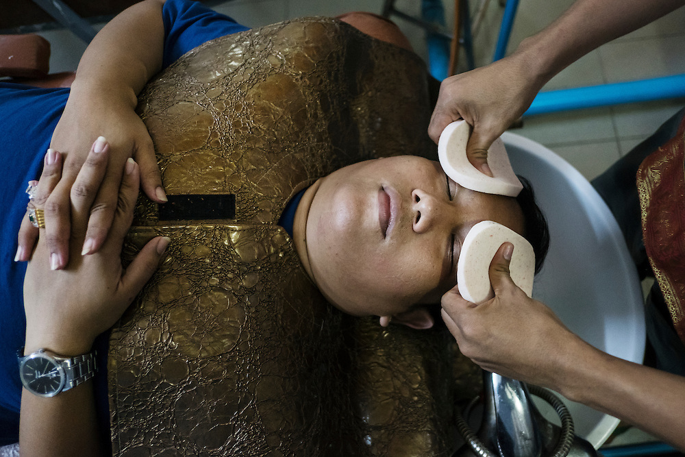 Yangon 20160917<br /> Ye Htut Soe gets a facial massage at a massage salon &quot;for men&quot;. <br /> Photo: Vilhelm Stokstad / Kontinent