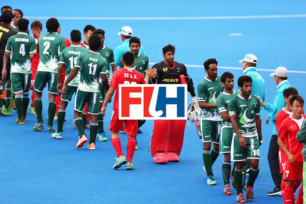 LONDON, ENGLAND - JUNE 25: China and Pakistan players shake hands after the 7th/8th place match between Pakistan and China on day nine of the Hero Hockey World League Semi-Final at Lee Valley Hockey and Tennis Centre on June 25, 2017 in London, England.  (Photo by Steve Bardens/Getty Images)