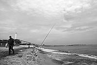 """brindisi - cerano. Pescatori a lido cerano sotto la centrale a carbone """"Federico II"""""""