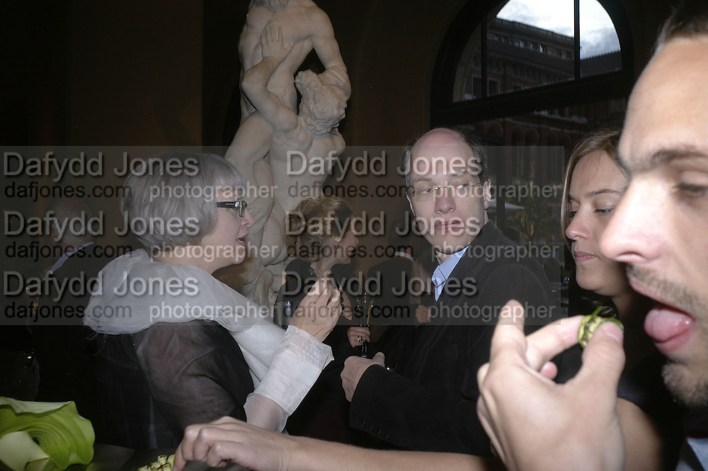 PHILIPPA PERRY AND ALAIN DE BOTTON, V and A celebrates 150th anniversary. V and A. London. 26 June 2007.  -DO NOT ARCHIVE-© Copyright Photograph by Dafydd Jones. 248 Clapham Rd. London SW9 0PZ. Tel 0207 820 0771. www.dafjones.com.