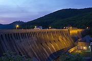 Staumauer bei Dämmerung, Edersee, Nordhessen, Hessen, Deutschland | dam at sunset, Lake Eder, Hesse, Germany