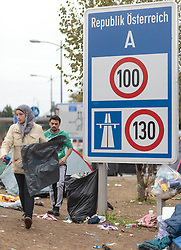 25.09.2015, Grenzübergang, Salzburg, AUT, Fluechtlingskrise in der EU, im Bild ein Flüchtlingskind schläft an der Grenze zu Deutschland // a refugee child is sleeping at the border to Germany. Thousands of refugees fleeing violence and persecution in their own countries continue to make their way toward the EU, border crossing, Salzburg, Austria on 2015/09/25. EXPA Pictures © 2015, PhotoCredit: EXPA/ JFK