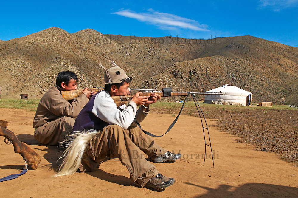 Mongolie, Asie Centrale, Region d'Arkhangai, chasseur de marmotte avec son fusil et équipement de chasse // Mongolia, Central Asia, Arkhangai Province, marmot hunter with his gun and other equipment
