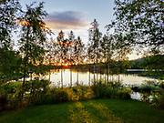 Kjempetrivelig campinghytte med fire sengeplasser, og eget WC ute. 700 per natt. Dvs. privat stuga for leie, bedre og billigere enn de store hyttene som var ledige på campingplassen rett ved. De kostet over 1000 kr. Jokkmokk, bitteliten samisk by, langt nord i Sverige. Jokkmokk (lulesamisk: Jåhkåmåhkke eller Dálvvadis) er et tettsted i Norrbottens län i landskapet Lappland i Sverige. Det er Jokkmokk kommunes administrasjonssenter. I 2010 hadde tettstedet 2 786 innbyggere. <br /> Jokkmokk ligger ved E45 straks nord for polarsirkelen. Kommunen er den nest største etter Kiruna kommune. Kommunen grenser mot Norge i vest. <br /> Jokkmokk er kjent for «Jokkmokks marked», som feiret 400-årsjubileum i 2005, samt for sin rolle som en sentral samisk samlingsplass. I Jokkmokk finnes blant annet fjellmuseet Ájtte, samt flere kunst- og håndverksbutikker. Det er også kjent som et viktig kultursted. Jokkmokk har en stor samisk befolkning. <br /> I Jokkmokk ligger Samernas utbildningscentrum som tidligere ble kalt Samernas folkhögskola. <br /> Jokkmokk har et rikt foreningsliv og idrettsaktivitet i forhold til folketallet. <br /> Navnet Jokkmokk har vært tolket som en forsvenskning av de samiske ordene for «elv» og «krok». Andreleddet kan imidlertid også være avledet av det samiske ordet for «eid». Det alternative lulesamiske navnet Dálvvadis betyr vinterboplass. (Wiki)