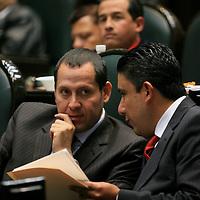 Toluca, Mex.- Los diputados Eruviel Avila Villegas y Cruz Juvenal Roa Sánchez del PRI, conversan durante la sesión solemne de instalacion del IV periodo ordinario de sesiones. Agencia MVT / Mario Vazquez de la Torre. (DIGITAL)<br /> <br /> <br /> <br /> NO ARCHIVAR - NO ARCHIVE