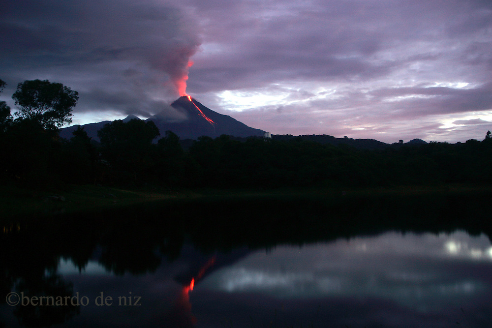 The Colima´s volcano, 600 km away from Mexico city, continues dropping lava. The tows around it, stay in yellow alert, and ready to evacuate in case  of a bigger eruption.
