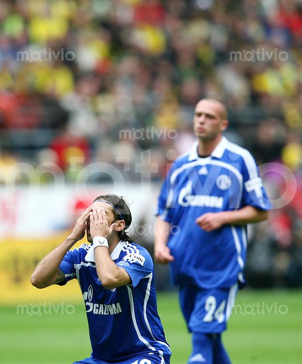 Fussball   1. Bundesliga   Saison 2006/2007   33. Spieltag Borussia Dortmund - FC Schalke 04       LINCOLN (vorne) und Christian PANDER (rechts, beide Schalke) enttaeuscht nach einer vergebenen Torchance.