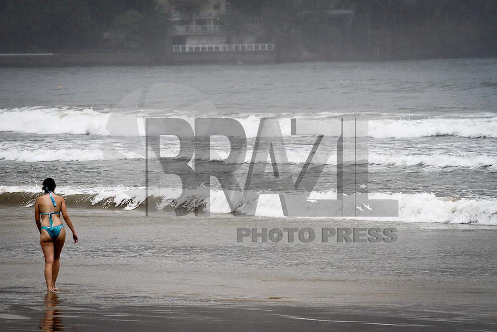SAO PAULO, SP, 03 DE JANEIRO 2013 - CLIMA TEMPO - LITORAL PAULISTA - Movimento de banhistas apesar do tempo fechado na Praia da Enseada, no Guarujá, litoral sul de São Paulo, na manhã desta quinta-feira (03). (FOTO: ALE VIANNA / BRAZIL PHOTO PRESS).