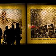 Nederland Rotterdam 4 oktober 2008 20081004 Foto: David Rozing ..Drie dwaze dagen warenhuis Bijenkorf, vouw kijkt naar grote reclame uitingen in de etalage ..Foto: David Rozing
