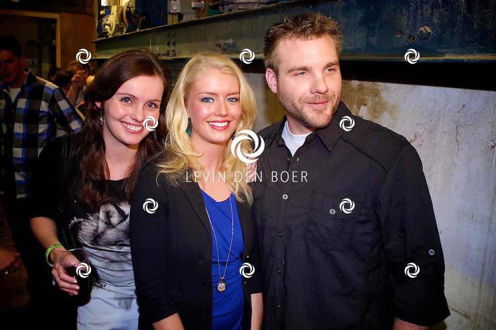 MAARSSEN - In de Fabrique hield de KRO de jaarlijkse afterparty voor 'Boer Zoekt Vrouw'. Met hier op de foto  Boer Jan uit Canada op de foto met Willemijn (L) en Leonie (M). FOTO LEVIN DEN BOER - PERSFOTO.NU