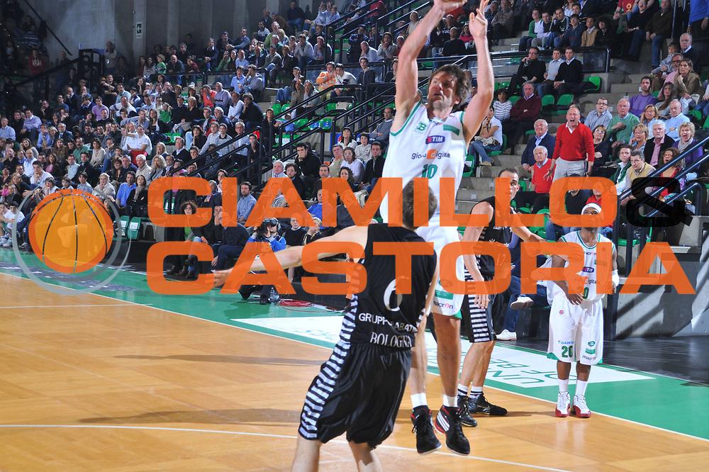 DESCRIZIONE : Treviso Lega A 2009-10 Basket Benetton Treviso Canadian Solar Bologna<br /> GIOCATORE : Sandro Nicevic<br /> SQUADRA : Benetton Treviso<br /> EVENTO : Campionato Lega A 2009-2010<br /> GARA : Benetton Treviso Canadian Solar Bologna<br /> DATA : 17/04/2010<br /> CATEGORIA : Tiro<br /> SPORT : Pallacanestro<br /> AUTORE : Agenzia Ciamillo-Castoria/M.Gregolin<br /> Galleria : Lega Basket A 2009-2010 <br /> Fotonotizia : Treviso Campionato Italiano Lega A 2009-2010 Benetton Treviso Canadian Solar Bologna<br /> Predefinita :