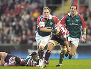 2004/05 Zurich Premiership Leicester Tigers v Gloucester 06.11.2004..Andy Goode, looks around for support, as he breaks through the mid field. ..Photo  Peter Spurrier. .email images@intersport-images.com...