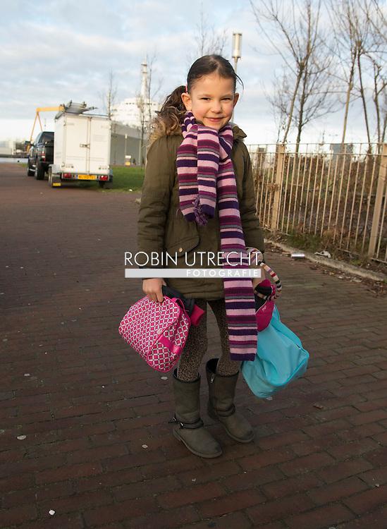 ROTTERDAM - een meisje van 5 gaat weer naar school na de vakantie . copyright robin utrecht