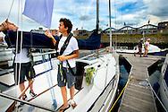 De Zeilbroers Hugo en Enrique Claassen komen aan in de haven van IJmuiden. De twee broertjes uit Vijfhuizen vragen met hun zeiltocht aandacht voor jongeren die geen onderwijs volgen omdat ze op geen enkele school worden toegelaten.