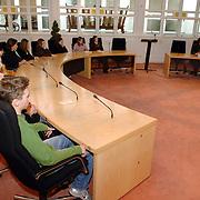 NLD/Huizen/20060301 - Schaduwverkiezingen voor de jeugd gemeentehuis Huizen,                           scholieren, raadszaal, gemeente