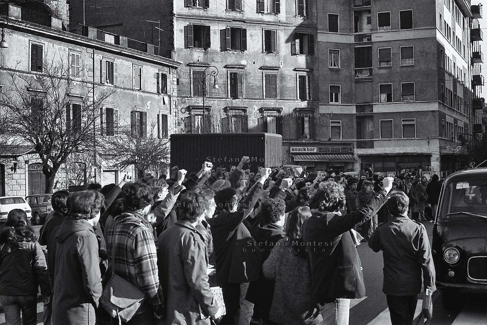 Roma Marzo 1978.Il funerale di Roberto Scialabba militante di Lotta Continua, ucciso all'età di ventiquattr'anni, la sera del 28 febbraio 1978 in Piazza Don Bosco a Roma, da alcuni appartenenti al gruppo terroristico  neofascista Nuclei Armati Rivoluzionar, il corteo che accampagna il funerale in via dei Maruccini
