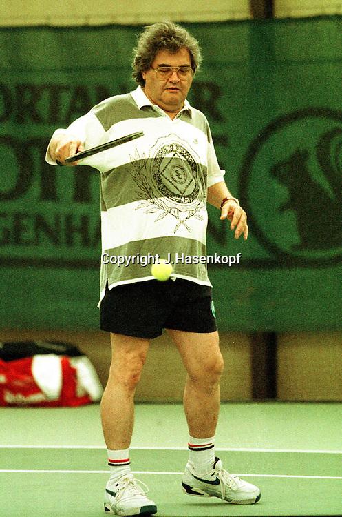 Helmut Markwort spielt Tennis, Monti Cup 1999, VIP Turnier, Monti Lueftner, Rothof, Prominenz,  Indoor, Halle, HF, Freizeitkleidung, Medien, Burda Verlag, Focus, Chefredakteur,
