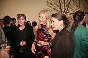 FIONA RAE, LADY HELEN TAYLOR AND LADY SARAH CHATTO. Alex Katz 'One Flight Up' at the new Timothy Taylor Gallery , 15 Carlos Place. London. 11 October 2007. -DO NOT ARCHIVE-© Copyright Photograph by Dafydd Jones. 248 Clapham Rd. London SW9 0PZ. Tel 0207 820 0771. www.dafjones.com.